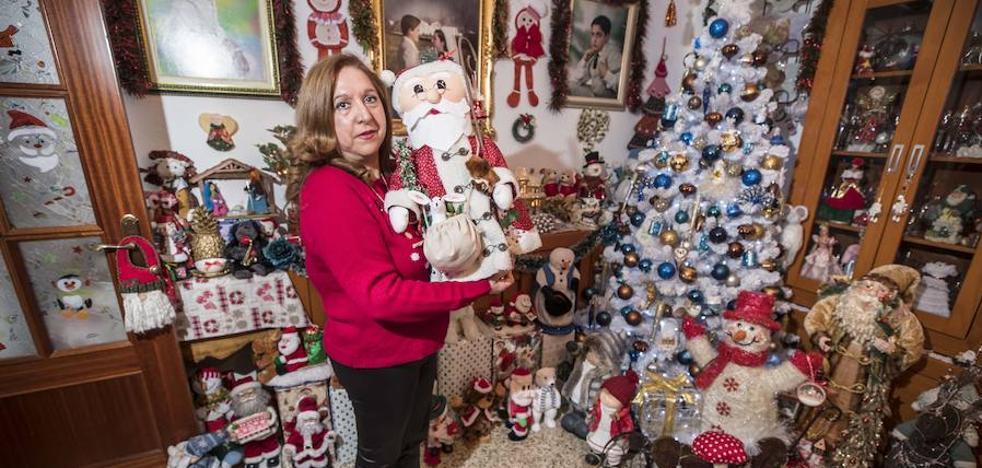 La 'Mamá Noel' granadina que colecciona Navidad: «Registré el nombre para reivindicar a las mujeres»
