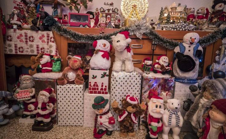 La casa de la 'Mamá Noel' de Granada con más de 6.000 adornos navideños