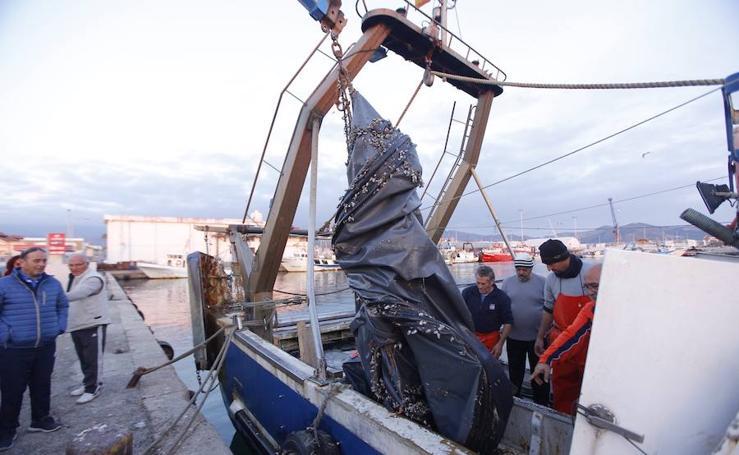 De vuelta al puerto de Motril con sesenta kilos de gambas... y una patera