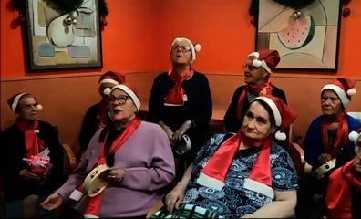La entrañable felicitación navideña de los usuarios de una residencia de Santiago-Pontones