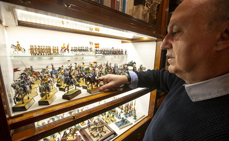 Así es la colección de más de mil figuras de plomo del granadino Francisco Ocaña
