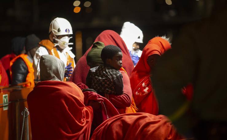 Llegan a Motril 92 inmigrantes rescatados en cerca de la isla de Alborán
