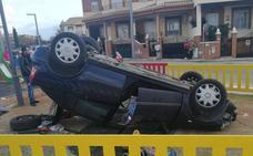 Un conductor estampa su coche en un parque infantil en Maracena
