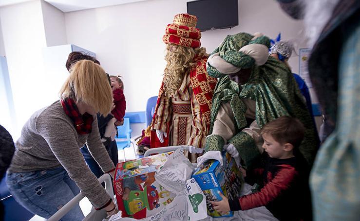 Los Reyes Magos visitan a los niños del hospital de Motril