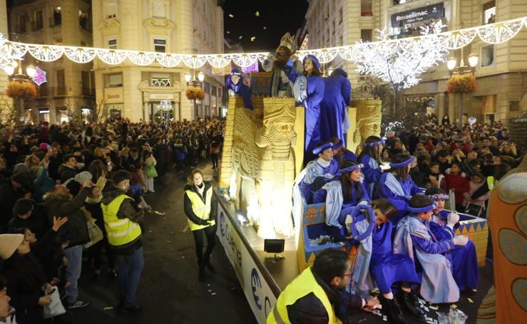 La cabalgata de los Reyes Magos recorre las calles de Granada