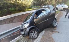 Rescatado en Almuñécar un coche a punto de caer por un desnivel