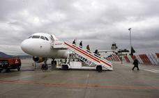 Presión en bloque para que Iberia no retire sus principales vuelos entre Granada y Madrid