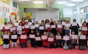 Niños del colegio de San Antonio de Motril reciben el diploma de 'mediador de la convivencia'