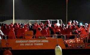 Trasladan a Almería a 53 personas, entre ellas cuatro menores, rescatados de una patera en Alborán