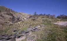 Hallan un vertedero de neumáticos en pleno monte en Salobreña