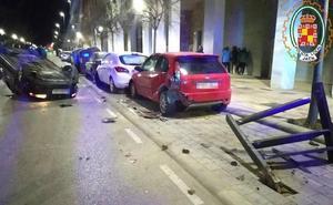 Choca con dos coches aparcados cuando conducía bebido por el Bulevar