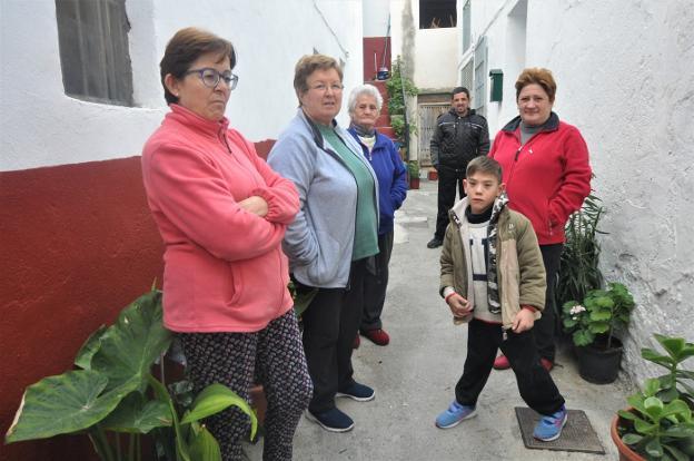 Un grupo de vecinos de �zbor explica sus quejas por el transporte público./R. V�LCHEZ