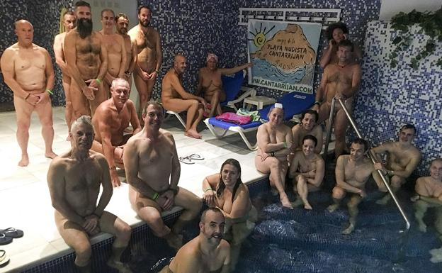 Protesta Por La Playa Nudista De Cantarriján Desnudos En Un Spa De