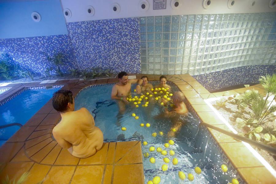 Desnudos en un spa por la playa de Cantarriján