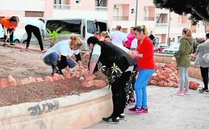 Vecinas de Los Almendros recuperan uno de sus parques en un plan de voluntariado