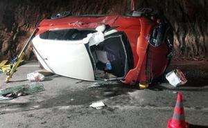 Rescatado un conductor de 83 años que quedó atrapado en el vehículo tras salirse de la vía en Mojácar