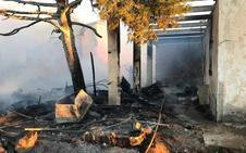 Dos bomberos heridos por descargas eléctricas en el incendio de un poblado de chabolas en Níjar