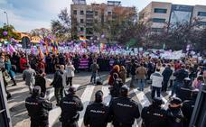 Miles de personas se concentran ante el Parlamento con gritos de «fuera fascistas»