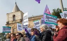 Así es la concentración de miles de personas se concentran ante el Parlamento andaluz con gritos de «fuera fascistas»