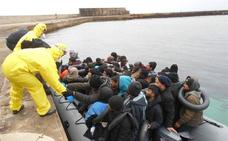Rescatados en Alborán una quincena de inmigrantes de una patera que llevaba 13 días en el mar