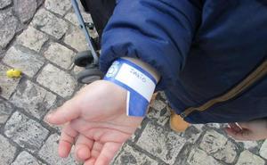 La Policía Nacional recuerda que el uso de esta pulsera puede salvar la vida de tu hijo