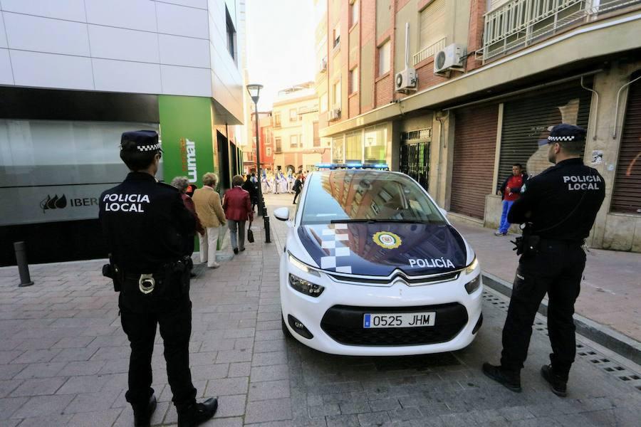 Dos policías reaniman a un hombre que se desvaneció en la calle