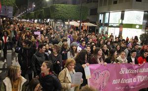 La manifestación feminista traslada su protesta a la sede de la Junta