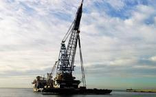 El Saipem 3000 pone a prueba a su grúa flotante en Almería y levanta un barco de 2,4 toneladas