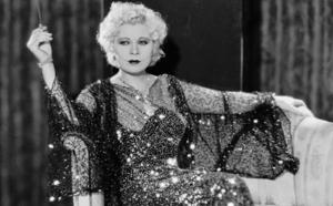 «¿Tienes una pistola en el bolsillo o es que te alegras de verme?» y otras frases célebres de Mae West