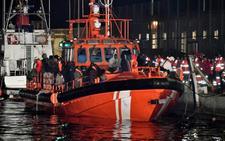 Llegan al puerto de Almería 44 personas rescatadas de una patera