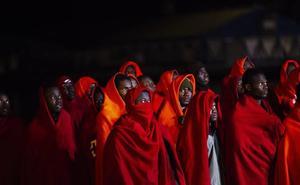 Trasladan al puerto de Motril a 94 inmigrantes rescatados de una patera