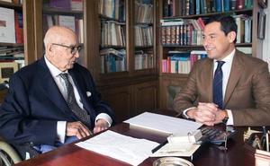 Juanma Moreno se reúne con Manuel Clavero como «padre de la Andalucía moderna»