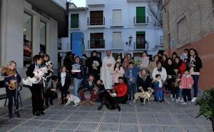 El sacerdote de Lanjarón bendice las mascotas de los fieles por San Antón, patrón de los animales