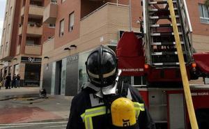 Bomberos de Almería sofocan dos incendios en un supermercado y una tienda de mascotas