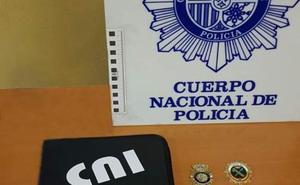 Extorsiona y estafa 40.000 euros a su mujer y familia haciéndose pasar por policía