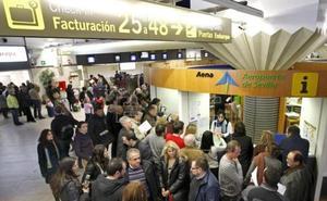 Un guardia civil y una doctora salvan la vida a un pasajero en el aeropuerto de Sevilla