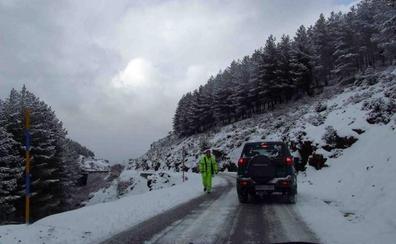 La nieve dificulta la circulación en el Puerto de la Ragua y la Hoya de la Mora