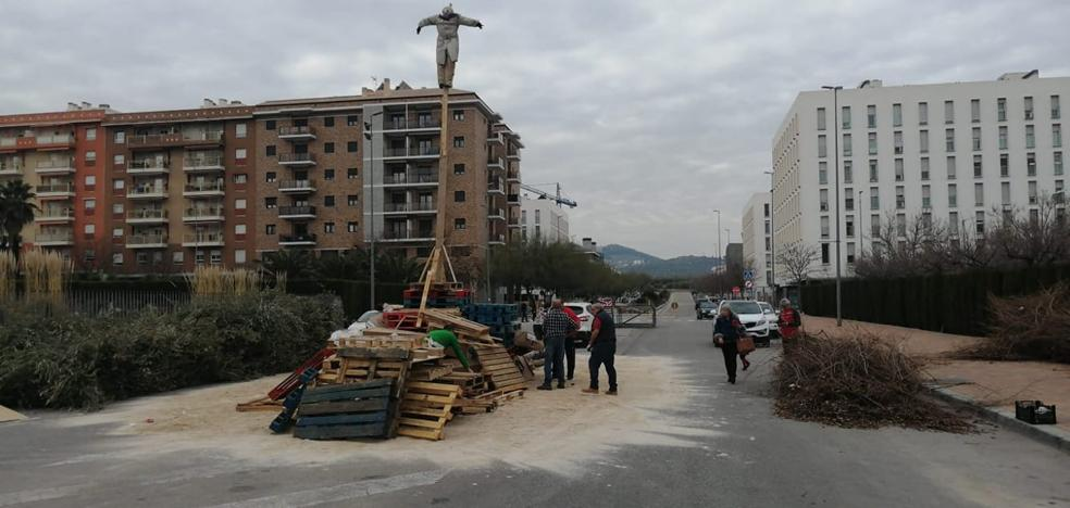 Vecinos preparan las lumbres dispuestos a desafiar a la lluvia