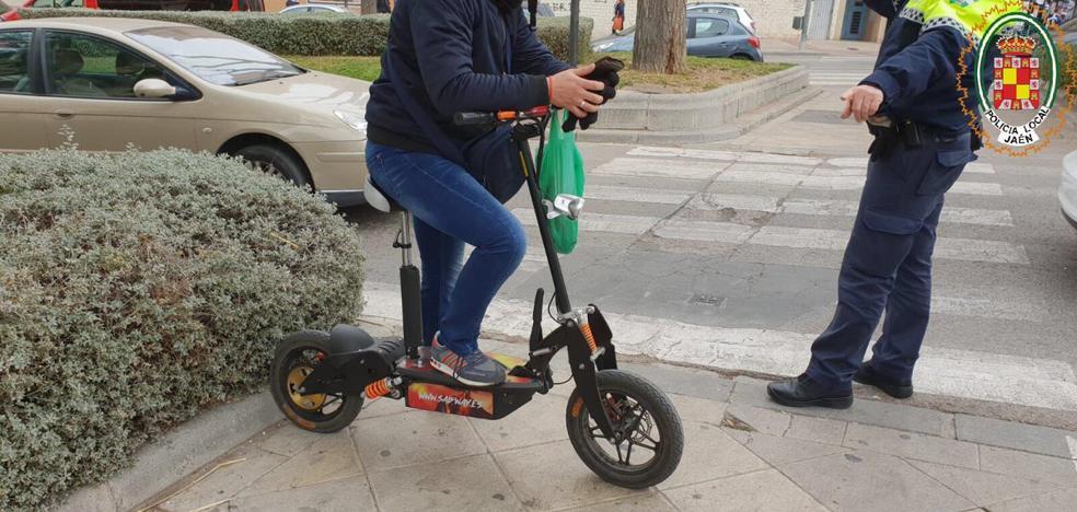 Multado por ir con un patinete eléctrico de gran cilindrada por la acera en Jaén