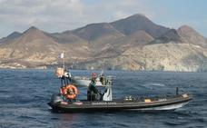 La Guardia Civil realiza un rescate en alta mar tan real como un simulacro