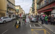 Sale al balcón a pedir ayuda por el incendio de su piso en Granada y hallan un cultivo de marihuana