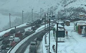 Retenciones en la carretera de acceso a Sierra Nevada por el temporal