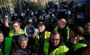 Tres mossos heridos en los enfrentamientos con los taxistas en el Parlament