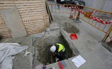 Hallan restos humanos y arquitectónicos al abrir una zanja en el casco antiguo de Almuñécar