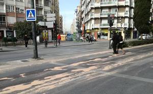 Un coche deja un reguero de aceite desde Camino de Ronda a Villarejo