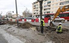 La rotura de una tubería en las obras de la carretera de Málaga genera problemas de tráfico