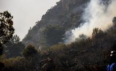 Medio cententar de bomberos intentan sofocar un incendio en el paraje del túnel de la Gorgoracha
