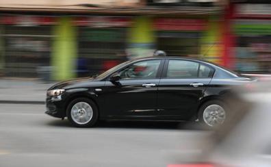 El primer viaje con Uber en Granada sortea la polémica al volante