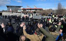 Los taxistas en huelga pinchan las ruedas de tres coches de la Diputación de Granada a la entrada de Fitur