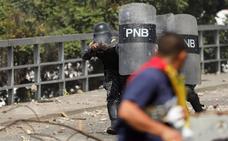 Trump y Guaidó desafían a Maduro en una jornada que deja 16 muertos
